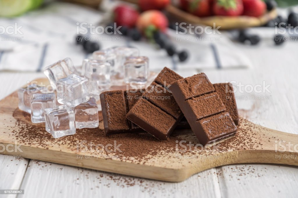 Schokolade mit frischen Erdbeere, Heidelbeere auf Holztisch - Lizenzfrei Amerikanische Heidelbeere Stock-Foto