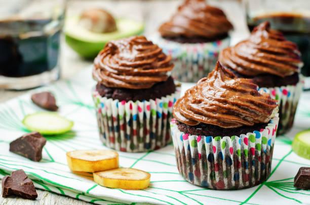 schokolade zucchini bananen cupcakes mit schoko-avocado bananen erdnuss buttercreme zuckerguss - heiße schokoladen cupcakes stock-fotos und bilder