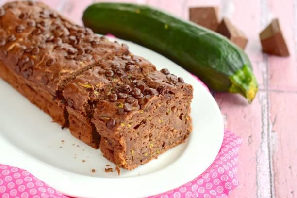 schokoladen-zucchini-kuchen - schokoladen zucchini brot stock-fotos und bilder