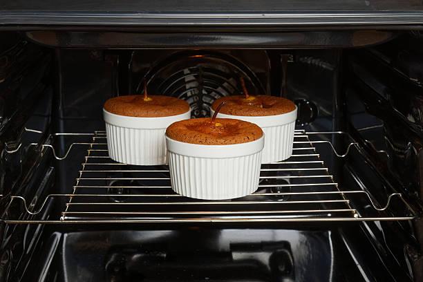 mandel-schokoladen-dessert mit birnen ist eine im ofen gebackene - 3 zutaten kuchen stock-fotos und bilder