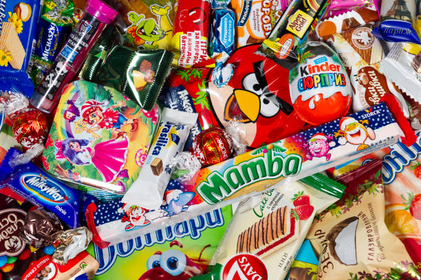 schokolade und süßigkeiten für kinder - kinder verpackung stock-fotos und bilder