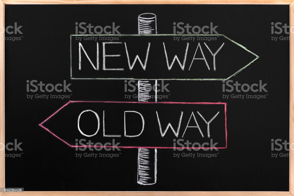 Choicе Old Way or New Way opposite arrows on Blackboard – Foto