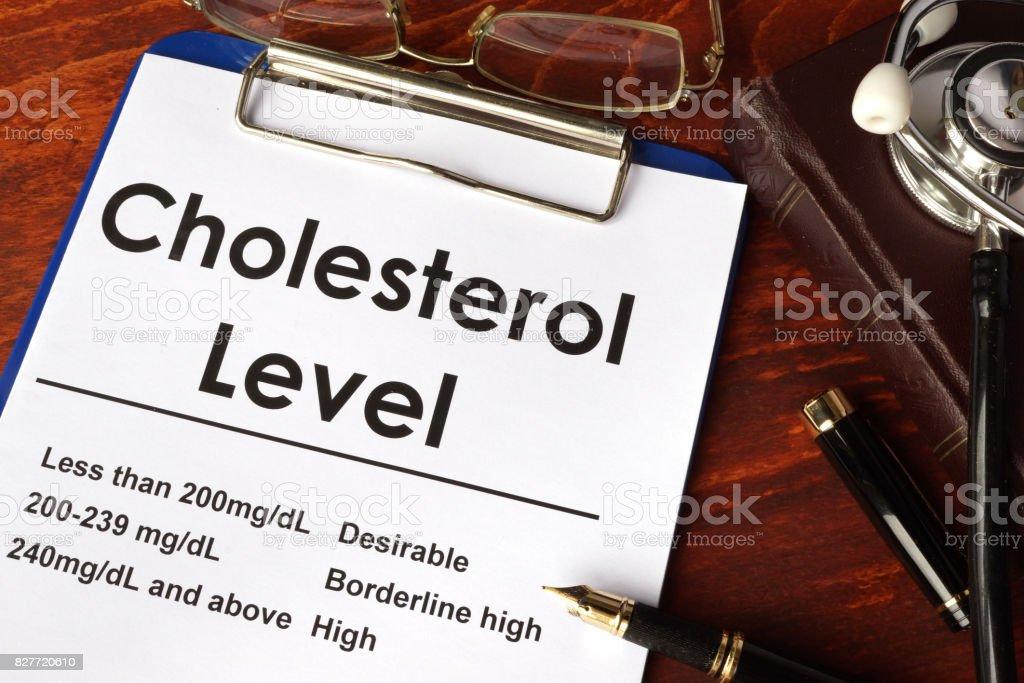 Tabla de nivel de colesterol en una mesa. Concepto médico. - foto de stock