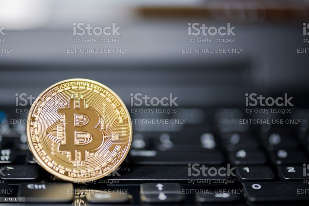 ChonBuri ,thailand - jul 17,2017: Golden Bitcoin money on computer. - fotografia de stock