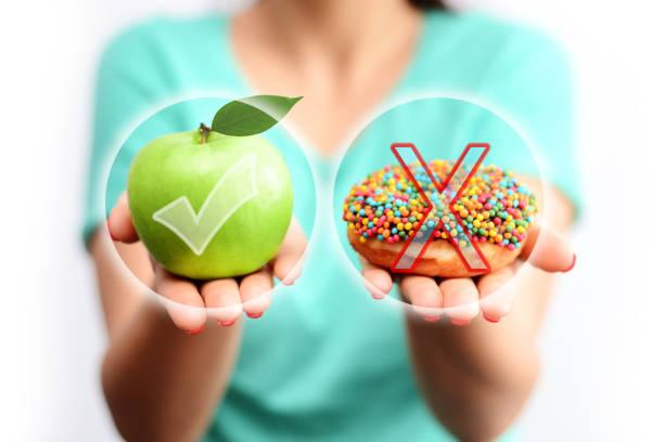 wählen sie oder entscheiden sich für einen gesunden lifestyle-konzept, essen frische lebensmittel statt ungesunde ernährung - zuckerfreie lebensmittel stock-fotos und bilder