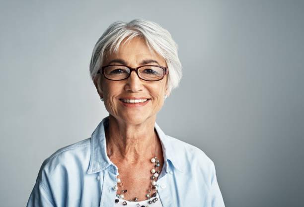 escoger tener una actitud positiva en la vida - mujeres mayores fotografías e imágenes de stock