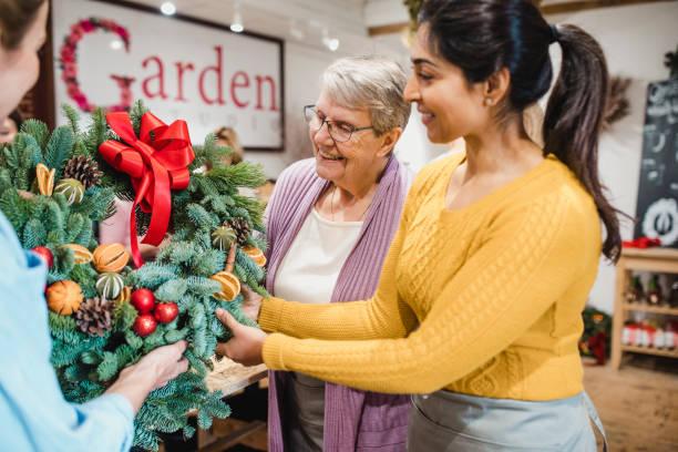 在花店選擇聖誕花環 - small business saturday 個照片及圖片檔