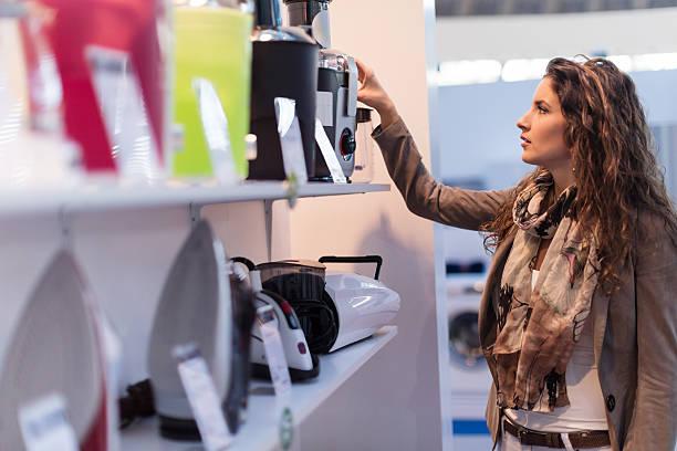 choosing electric juicer - huishoudelijke apparatuur stockfoto's en -beelden