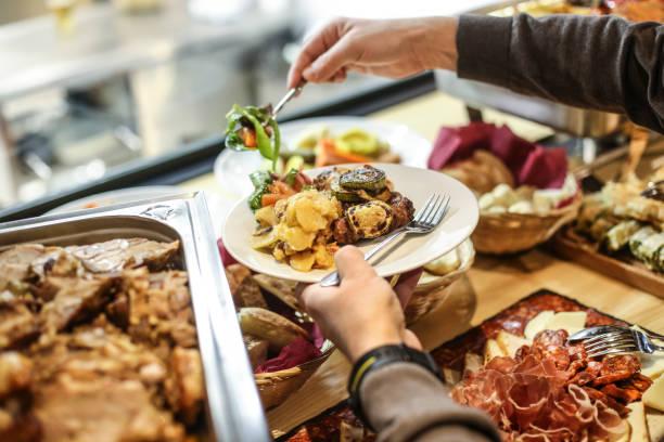 escolha de alimentos - sideboard imagens e fotografias de stock