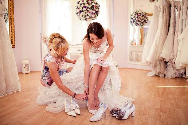 choosing right shoes - hochzeitskleid über 50 stock-fotos und bilder