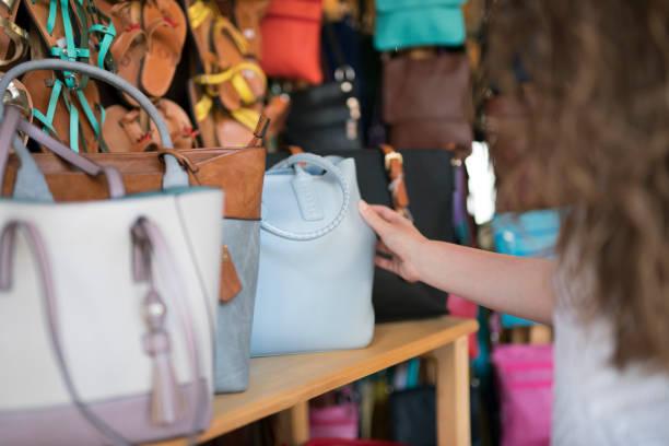 wählen die perfekte handtasche - leder handtaschen damen stock-fotos und bilder