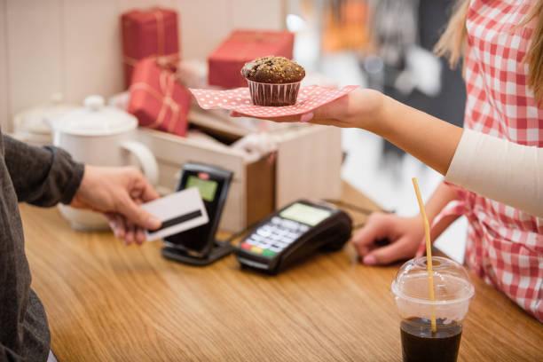muffin mit kontaktlose kreditkartenleser zahlen auswählen - teller kaufen stock-fotos und bilder