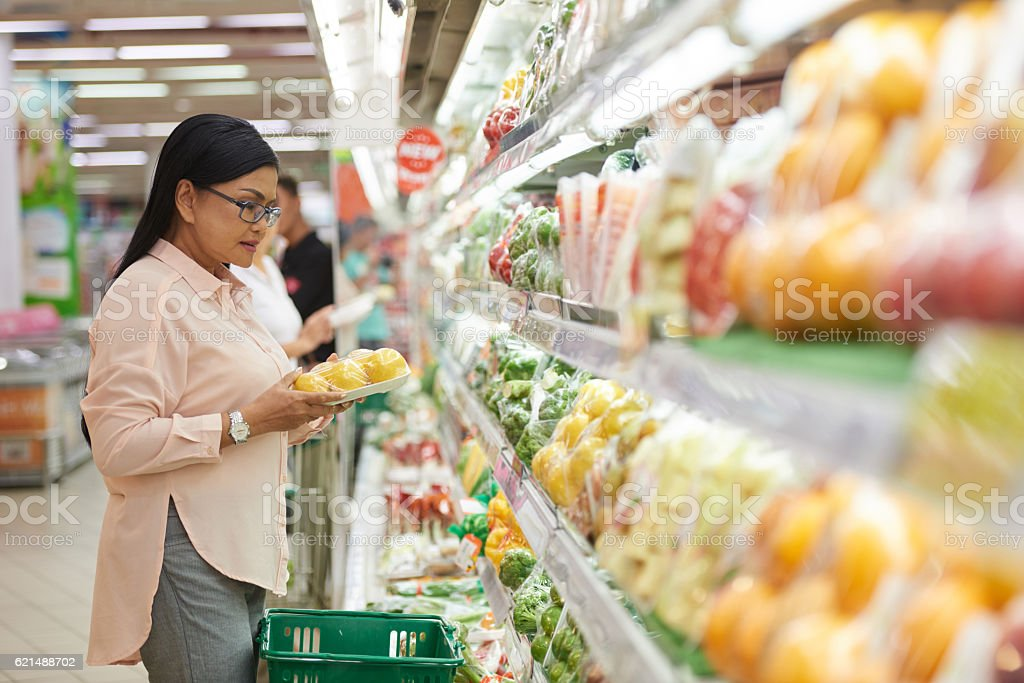Choosing vegetables Lizenzfreies stock-foto