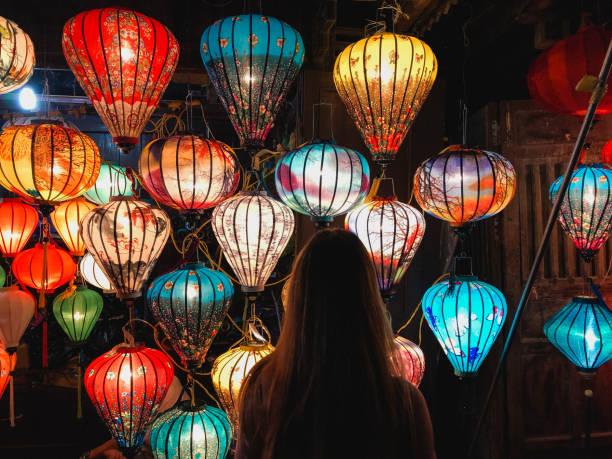 choosing vibrant homemade lanterns - festival delle lanterne cinesi foto e immagini stock