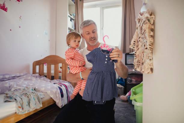 elegir qué ropa usar - padre que se queda en casa fotografías e imágenes de stock