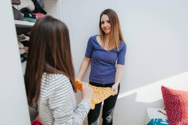wählen, was man tragen muss-teenager-themen in der modernen welt - mutterkleiderschrank stock-fotos und bilder