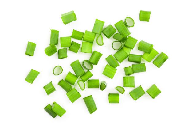 gehakte verse groene uien geïsoleerd op een witte achtergrond. bovenaanzicht - bosui stockfoto's en -beelden