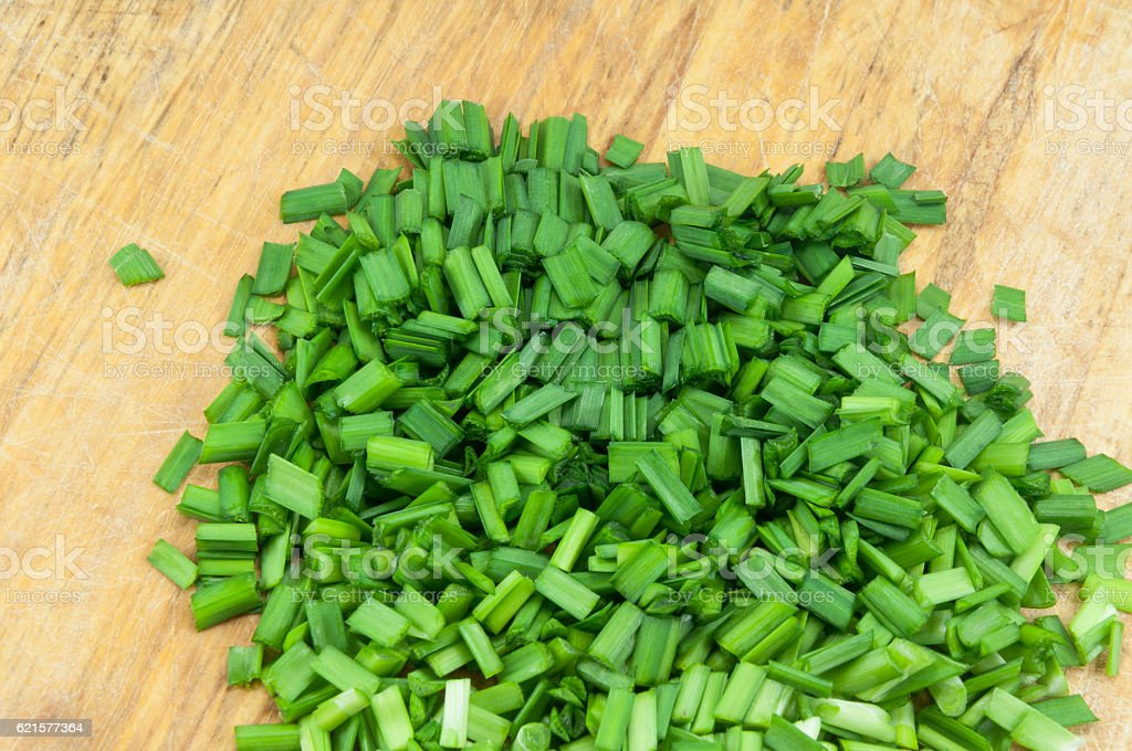 chopped green onions on a wooden chopping board photo libre de droits