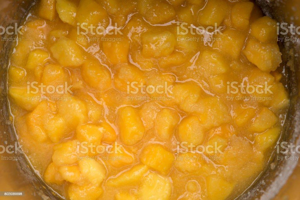 Gehackte Mango mit Zucker in einem Topf – Foto