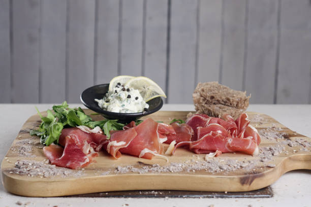 Chopping board with ham and cheese - foto stock