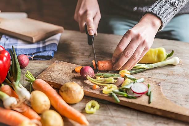 tagliare a pezzetti ingredienti alimentari - cucinare foto e immagini stock