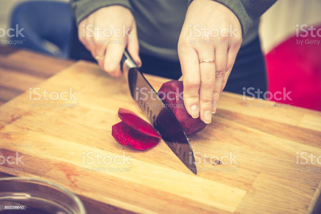 Frischen Rüben hacken. – Foto