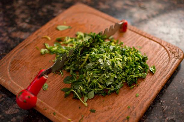 hacher le vert des feuilles de fenugrec - fenugrec photos et images de collection