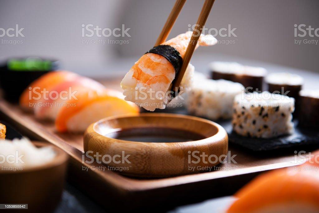 Ess-Stäbchen mit Nigiri Sushi Stück – Foto