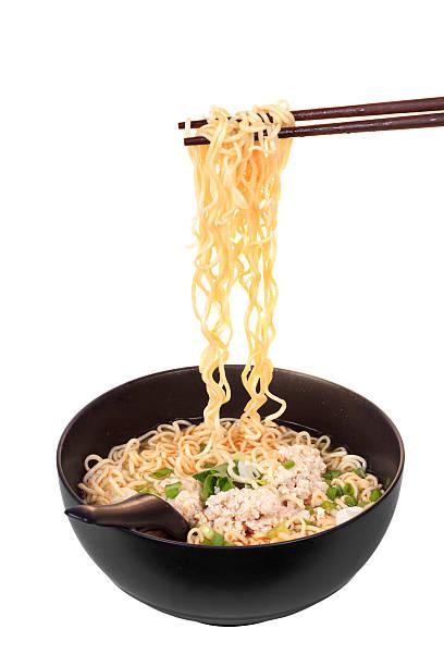 chinesische instant noodle mit fein gehacktem schweinefleisch - porzellan druck stock-fotos und bilder