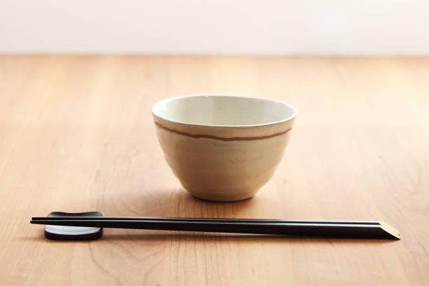 箸を、白のボウル - ご飯茶碗 ストックフォトと画像