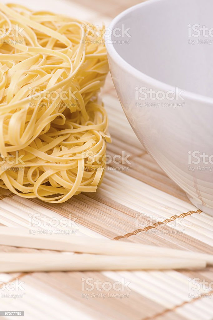 Stäbchen und Schüssel und Nudeln - Lizenzfrei Asiatische Nudeln Stock-Foto