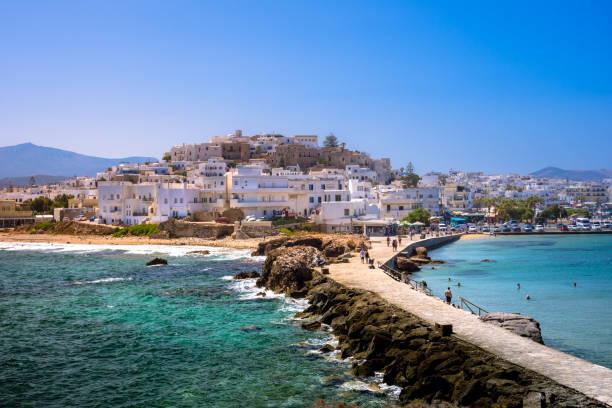 Chora Naxos Insel von dem berühmten Wahrzeichen der Portara mit der natürlichen Stein Gehweg in Richtung des Dorfes, Kykladen, Griechenland gesehen. – Foto
