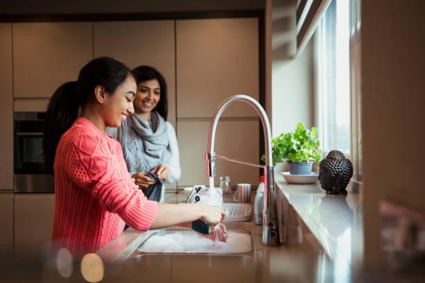 chores made easier. zusammen - backofenfenster reinigen stock-fotos und bilder