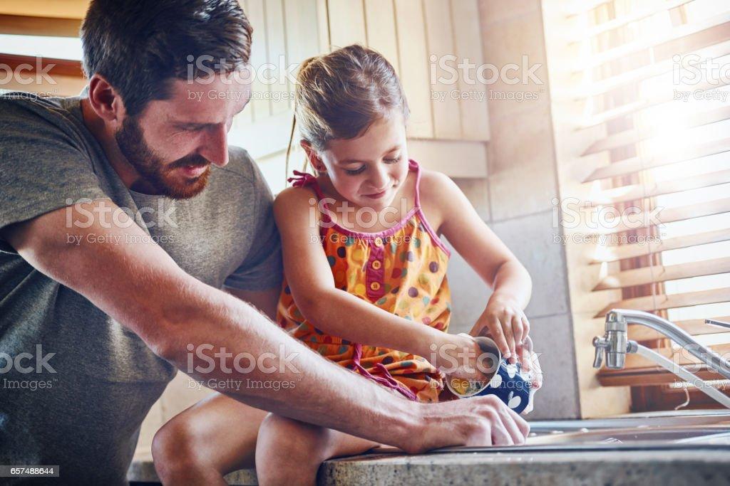 Klusjes leren kinderen veel lessen op verantwoordelijkheid foto