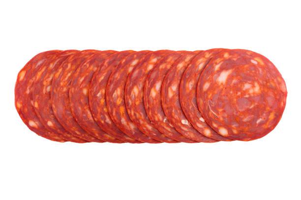 chorizo-wurst-scheiben isoliert auf weiss - chorizo wurst stock-fotos und bilder