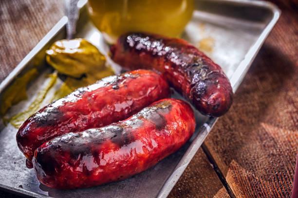 chorizo würstchen mit senf - chorizo wurst stock-fotos und bilder