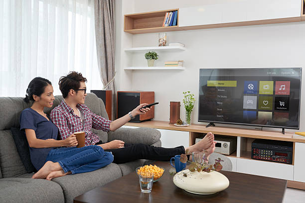 chossing channel - serien schauen stock-fotos und bilder