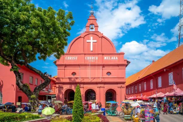 christ church en nederlandse plein in malacca (melaka) - malakka staat stockfoto's en -beelden