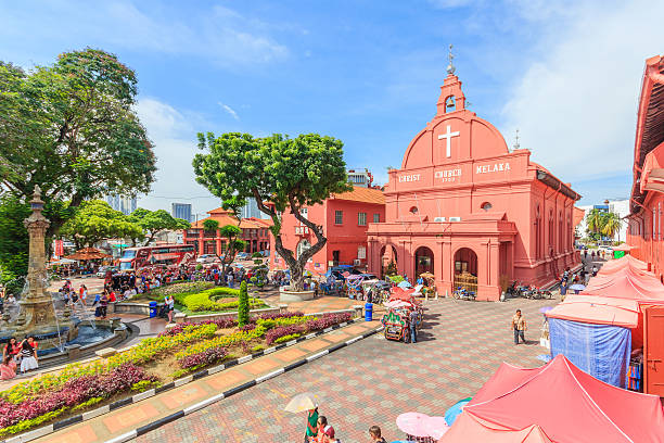christ church & dutch square in malacca, malaysia. - malakka staat stockfoto's en -beelden