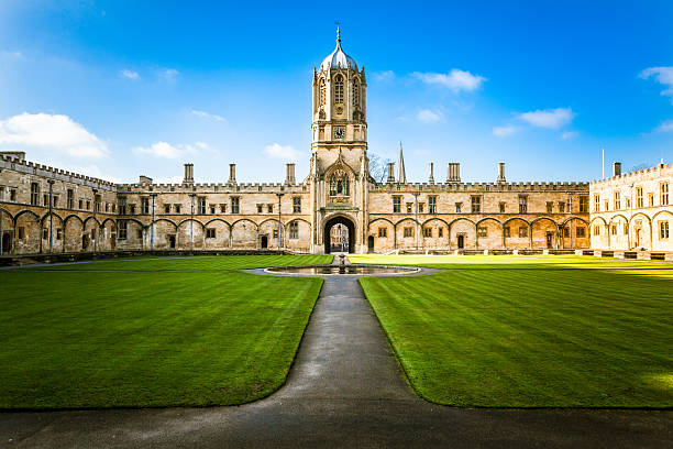christ church's tom tower and college, oxford university, united kingdom - torenspits stockfoto's en -beelden