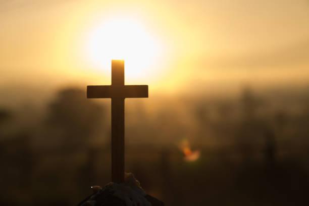 kristus jesus cross sunrise färgade himmel bakgrund, dyrkan, religiösa konceptet., eukaristin terapi välsigna gud hjälper ångra katolska påsken fastan sinne be. - kors bildbanksfoton och bilder