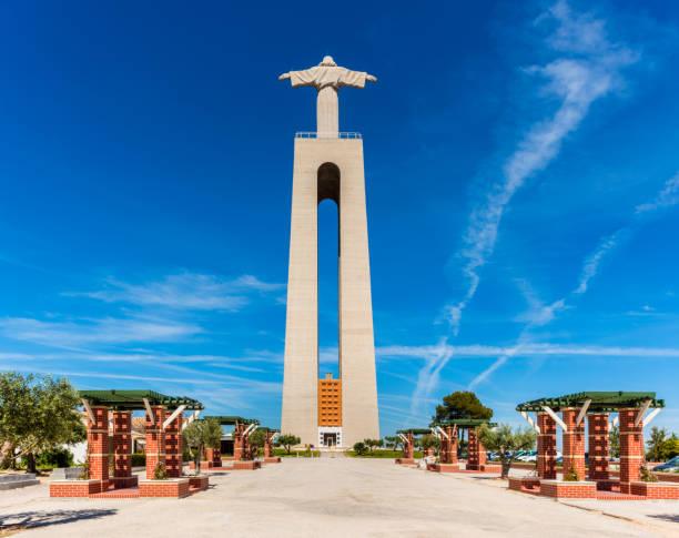 christ the king statue in lisbon portugal - fotos de cristo rei lisboa imagens e fotografias de stock