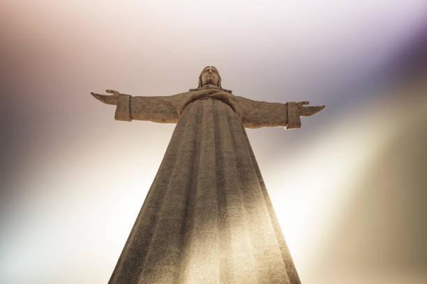 christ the redeemer statue, lisbon, portugal - cristo rei lisboa imagens e fotografias de stock
