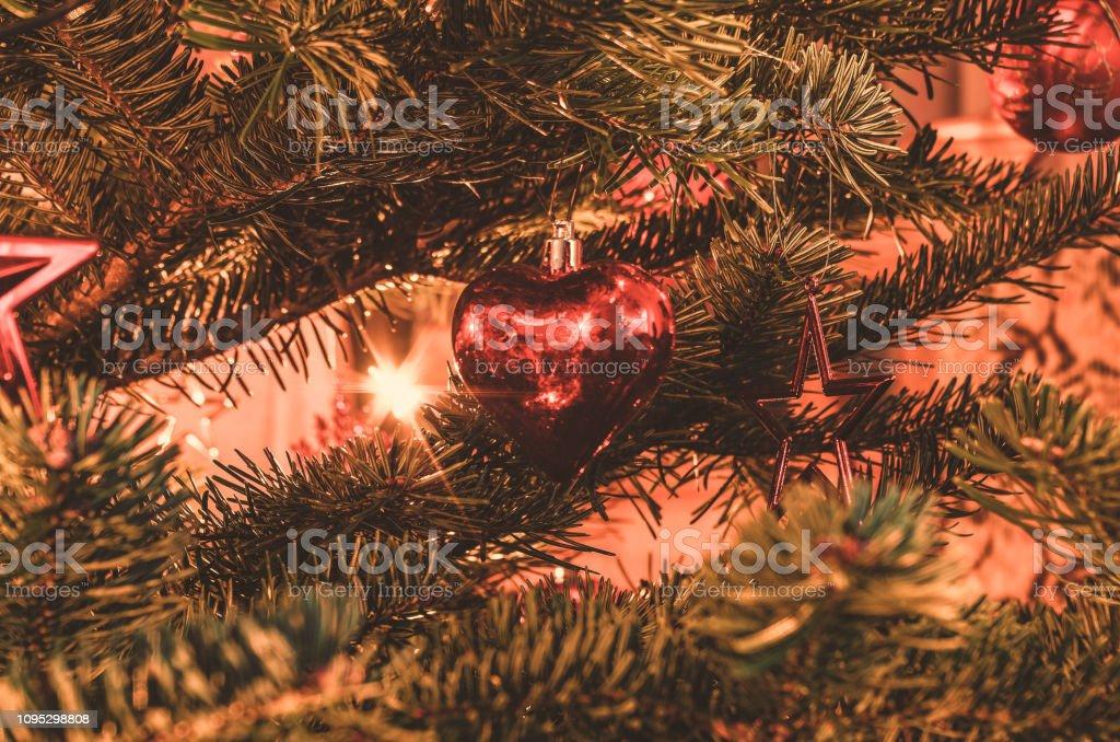 Foto Weihnachtsbaum.Christbaumkugel Herz An Einem Weihnachtsbaum Und Leuchtenden