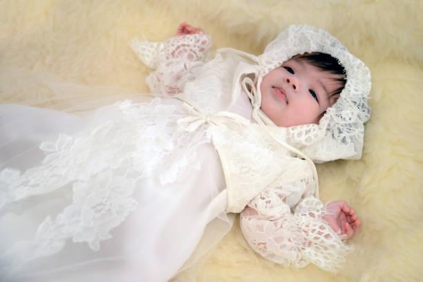taufe / taufe von einem babymädchen - taufe fotos stock-fotos und bilder