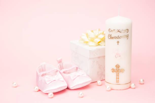 taufe kerze mit rosa baby booties und geschenk-box - geschenk zur taufe stock-fotos und bilder