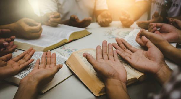 chrześcijańskie studiowanie biblii koncepcje chrześcijańskich wyznawców studiują słowo boże w kościołach. - atmosfera wydarzenia zdjęcia i obrazy z banku zdjęć