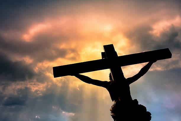 chrétienne croix avec jésus christ la statue de de nuages orageux - jesus croix photos et images de collection