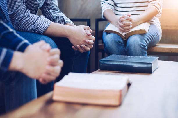 kristna vänner ber tillsammans - working from home bildbanksfoton och bilder