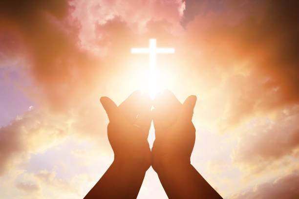 christian mann mit offenen händen anbeten christian. eucharistie therapie segne gott helfen katholischen ostern bereuen lieh geist beten. christlichen hintergrund. - gott sei dank stock-fotos und bilder